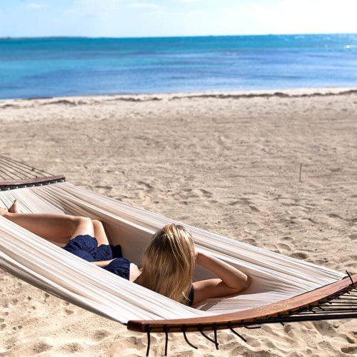 Hammock - TUUCI Air lounge White Hangmat tussen palmbomen - hangmat