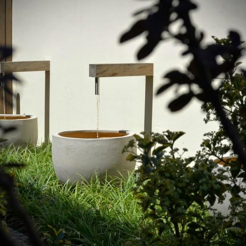 Muurelement met waterspuwers in combinatie met pottery van Atelier Vierkant
