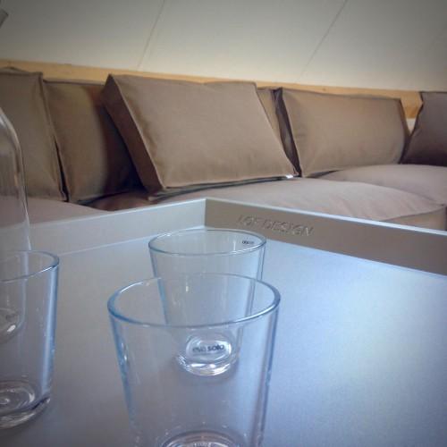 LOFDesign - 13AL Lounge - Table Tray - RAL7030 in inspiratieruimte te Waddinxveen