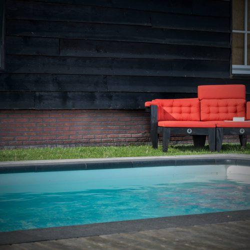 Zwembad met loungemeubels
