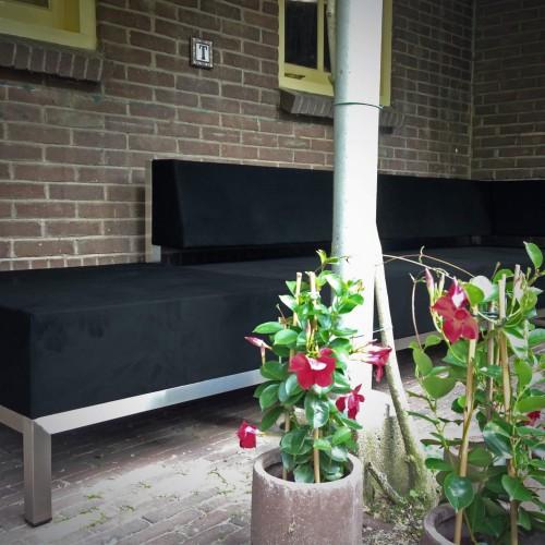Loungebank van Mood onder afdak in de binnenstad van Gouda copy