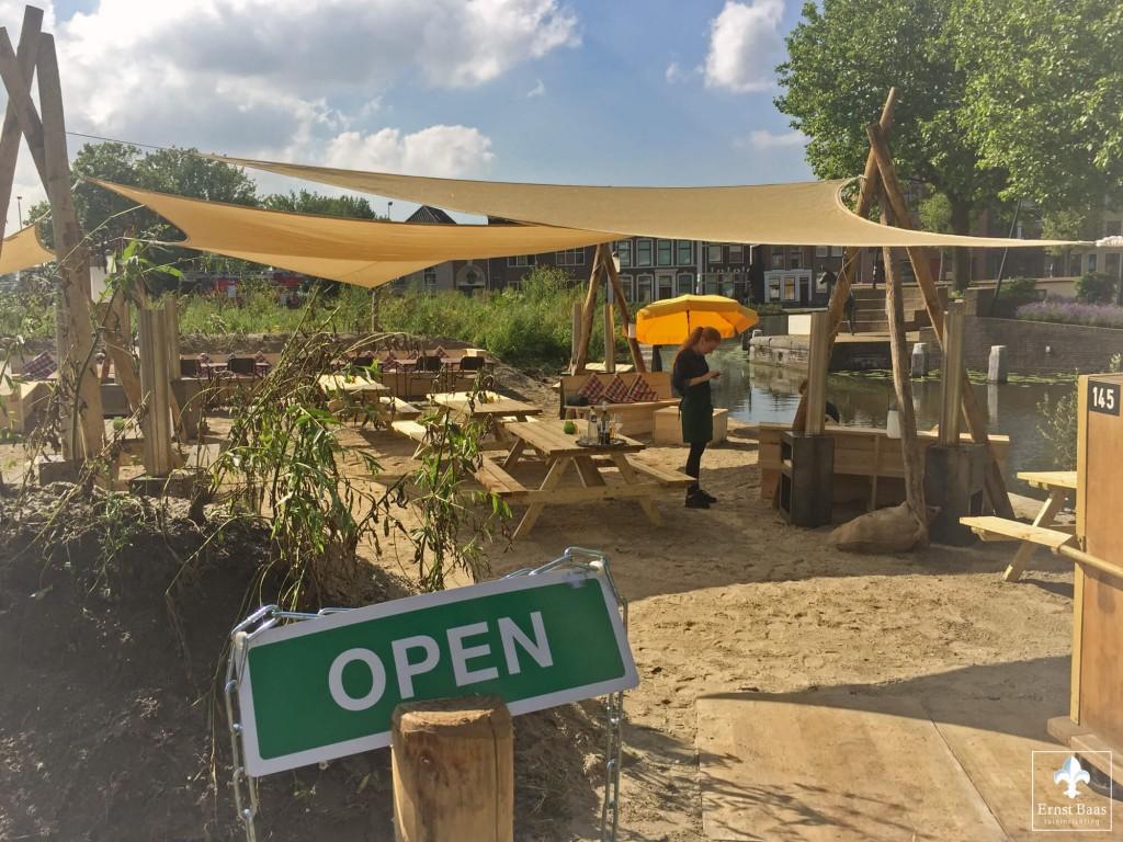 Eten en genieten op zomers strandterras in gouda ernst baas tuininrichting - Terras teak zwembad ...