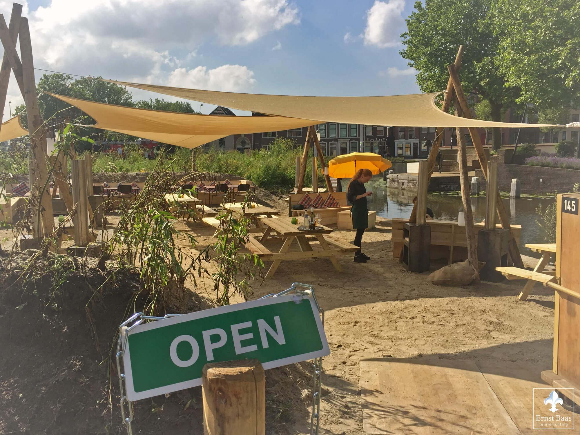 Eten en genieten op zomers strandterras in gouda ernst baas