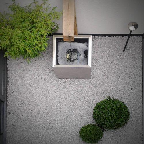 Minimalistische patio in Reeuwijk omringd door glazen puien