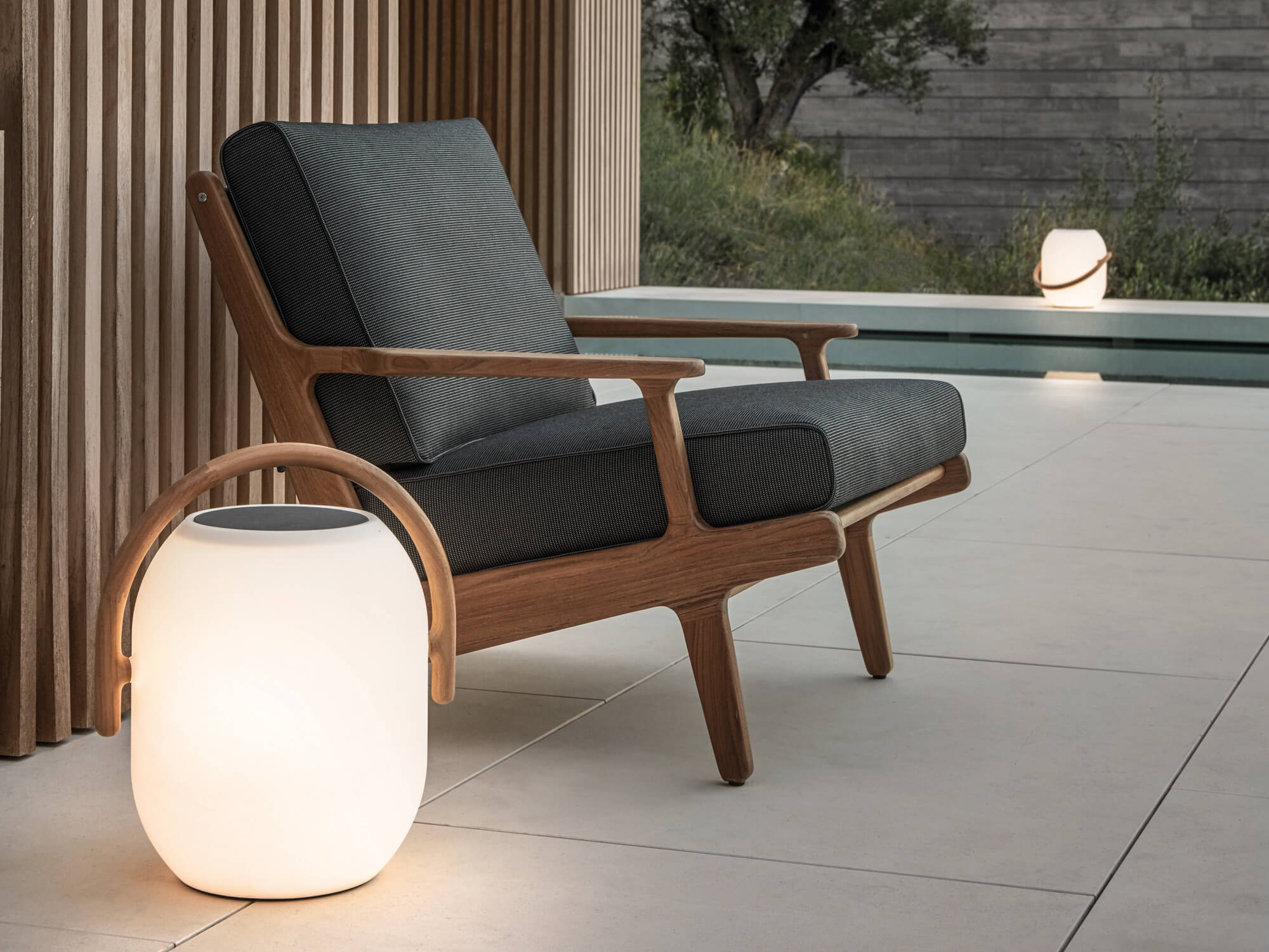 Gloster Bay lounge chair met ambient cocoon